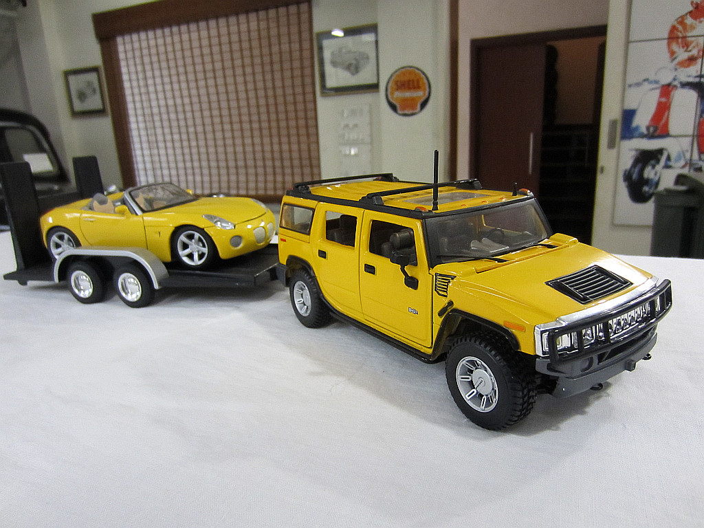 Hummer H2 with Pontiac Solstice 2006 in trailer